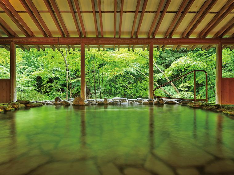 眼下を流れる湯川のせせらぎに耳を傾け、ゆったりと過ごせる女性専用露天風呂