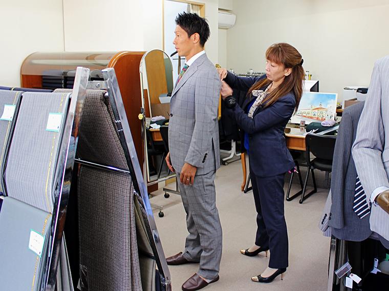 今回の撮影では、『(株)ジェンツ』で既に仕立てたスーツをお借りしたのですが、実際は採寸して、一人一人に合ったスーツを仕立てます