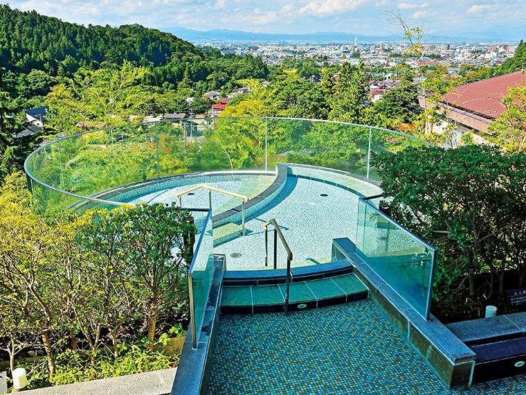 会津若松の街を見渡せる「宙の湯」の露天風呂。日帰り利用時間帯は女性用