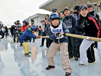 優勝チームには賞金あり!白熱の氷上綱引大会開催。当日はスケート滑走料無料