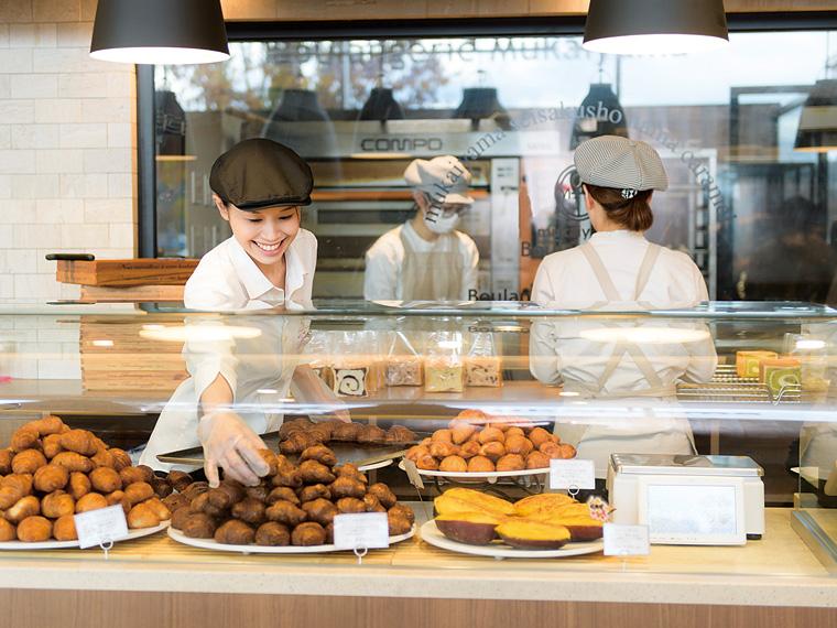 ベーカリー担当の岩谷美樹さんは「お客様の笑顔を見られるのがうれしい」と笑顔