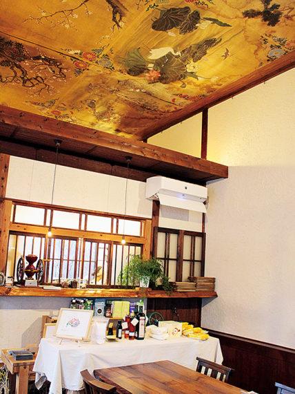 明治後期から大正初期に建てられた骨董品店をリノベーションした店内。天井には、大猷院(たいゆういん)の修復師が描いた見事な花鳥風月の絵が描かれている