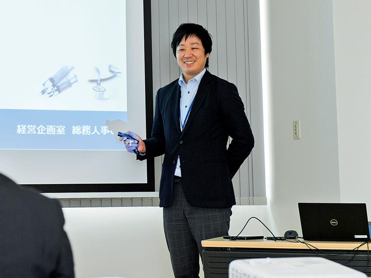 採用担当の総務人事グループ・本泉一樹さん。「まずは会社説明会などで社内の雰囲気を見に来てください」