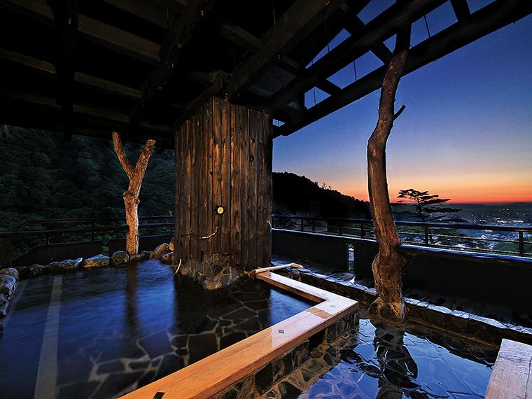 眺めのいい「千代滝」最上階の展望露天風呂「遊月の湯」。雪景色も美しい(写真提供/千代滝)