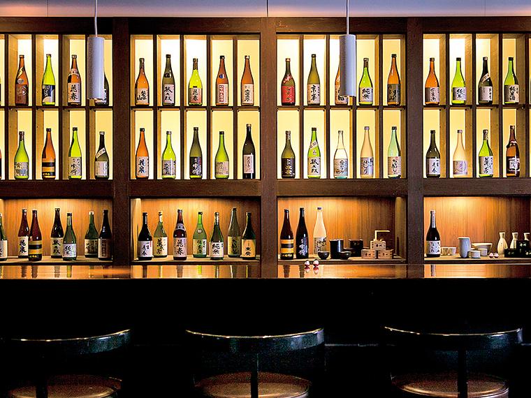 館内には会津の地酒を楽しめるバーもある