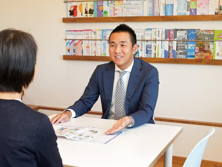 顧客の話を聞き、プランを提案する営業スタッフ