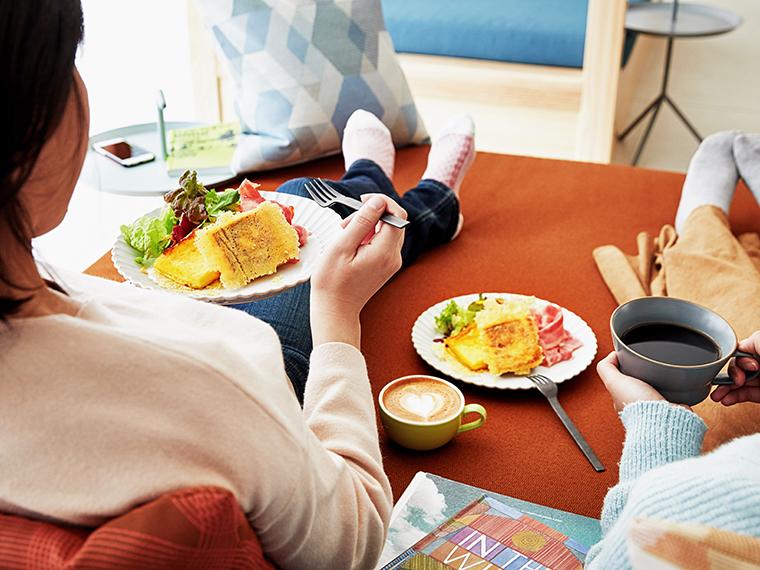 朝寝坊しても、カフェ・ベーカリー・洋食レストラン・中華スタンドでサイクリングに向けてエナジーチャージできる