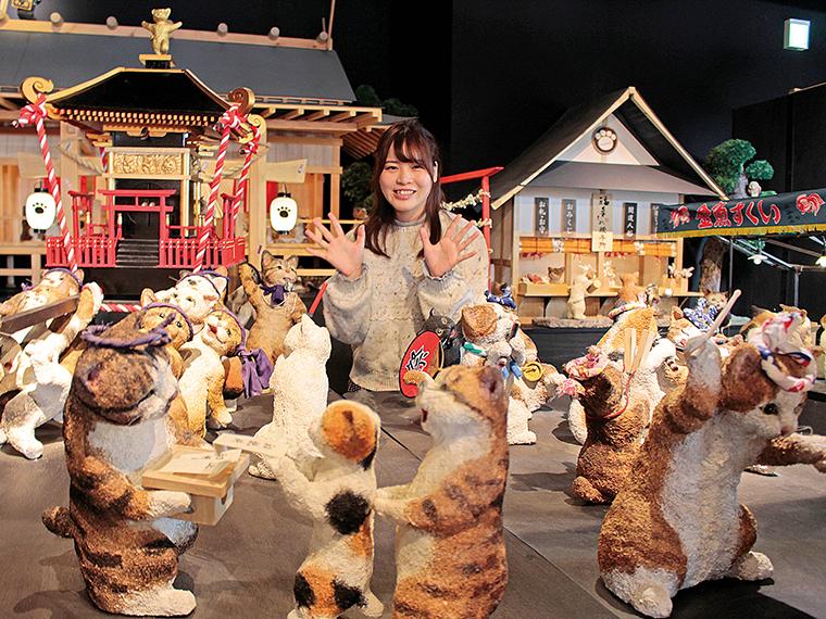 2階の「桐のこ人形館」内にある、「猫の縁日宵祭り」の展示。ネコたちのかけ声が聞こえてきそう!