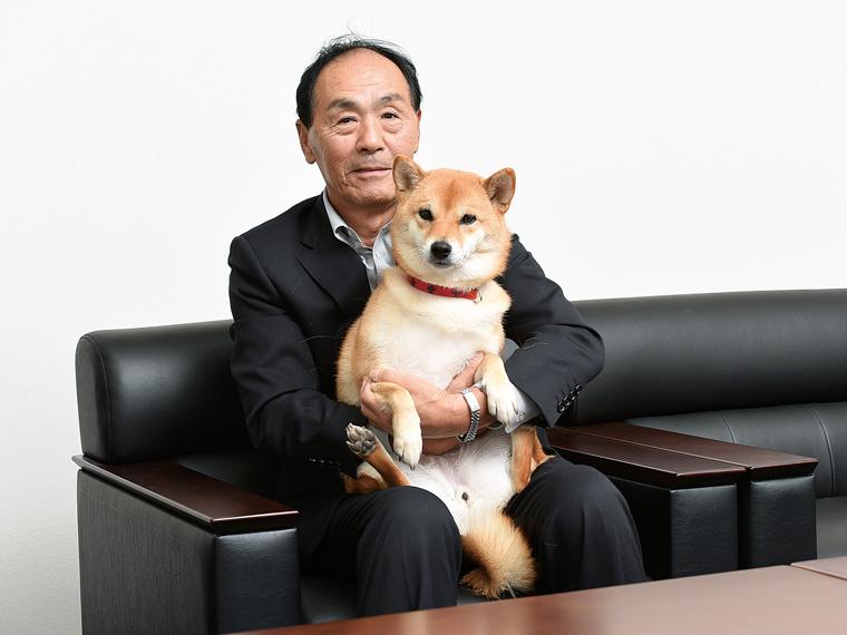 代表取締役の高橋社長といつも社員を和ませている看板犬のハナちゃん