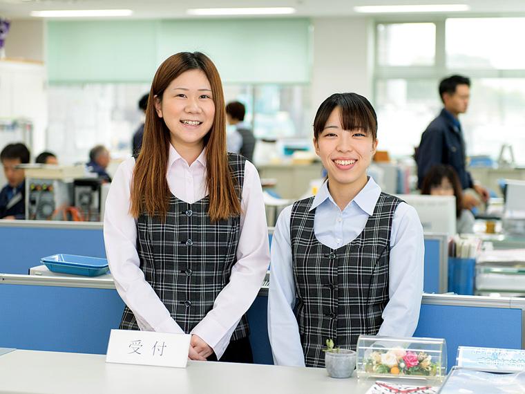 営業補助などを行う内山愛奈さん(左)、遠藤美佳さん(右)。温かい人間関係が魅力と笑顔