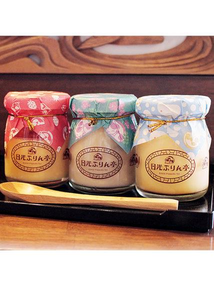 左から、とちおとめを使用した「乙女ぷりん」(370円+税)、季節限定の「はちみつ紅茶ぷりん」(370円+税)、一番人気「日光ぷりん」(352円+税)。瓶返品で10円キャッシュバック!