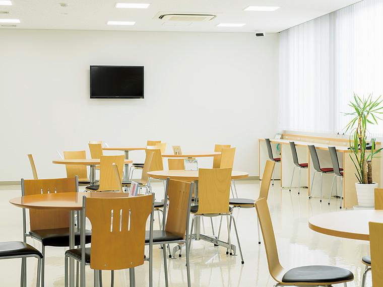 本社来客スペースは白を基調としたさわやかな空間