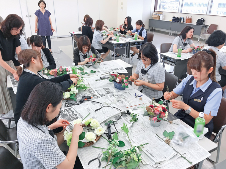 女性社員を対象に開催されている女性セミナー。フラワーアレンジメントやお菓子作りなどの活動を通じて親睦を深めた後、接遇についてもしっかり学べる
