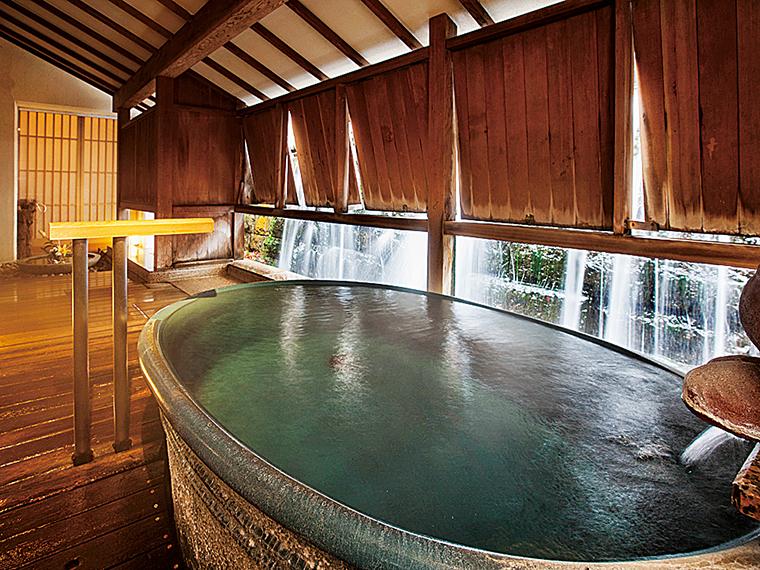 板塀の外を滝が流れ落ちる貸切風呂「滝見の湯」。45分2,000円(当日予約制)