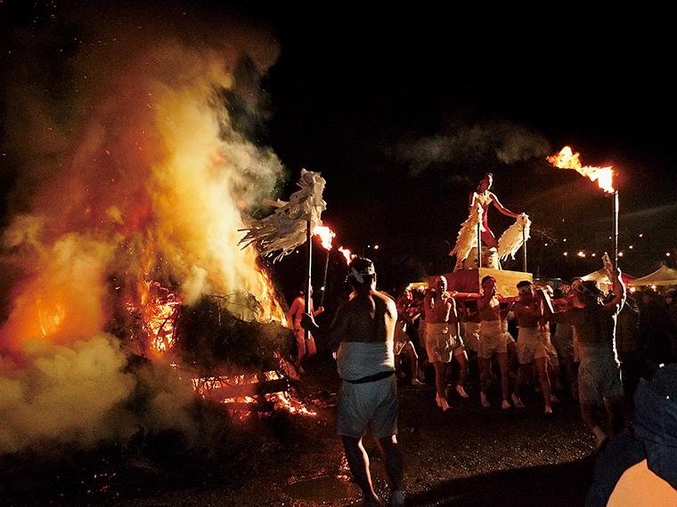 裸神輿から投げられる梵天で、一年の福をつかみとろう