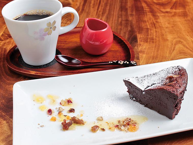 「生チョコレートケーキ」(450円)と喜多方産のはちみつを使用した「はちみつ珈琲」(500円)