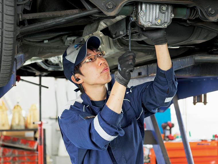 点検・整備を行う髙木さん。もともと車が好きだといい、「社内資格にも挑戦していきたい」と熱意を語ってくれた