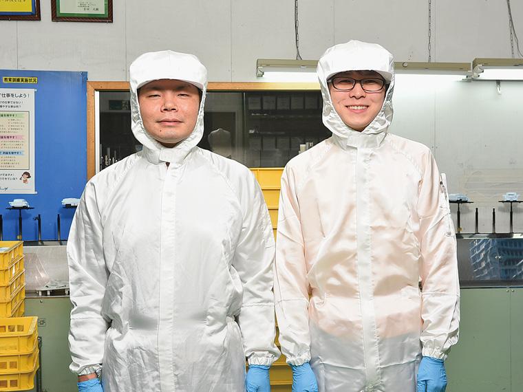 「特別な資格はなくても大丈夫です」と塗装課の阿部大輔さん(左)と照井亮平さん(右)