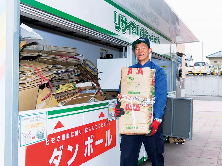 古紙を回収する水野健太さん。「リサイクル事業は今後さらに重要だと思います」