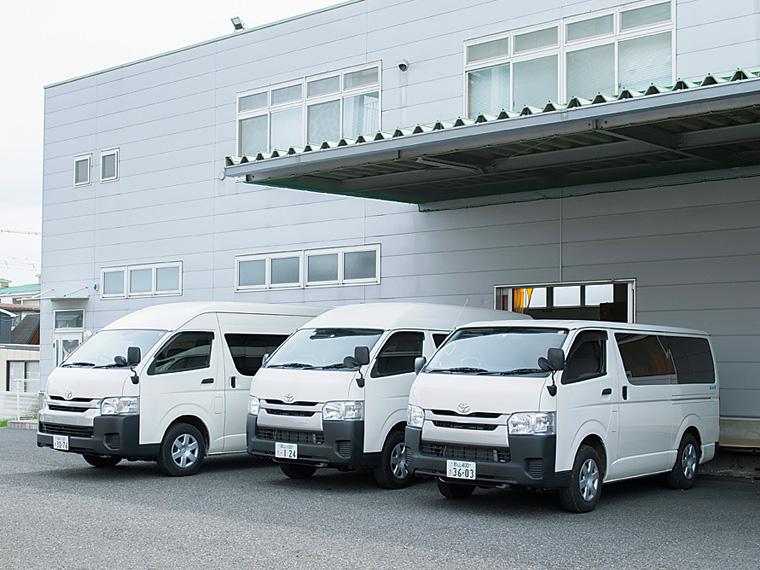 配送車両がズラリと並ぶ本社駐車場
