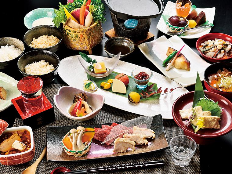 夕食時のご飯には会津産コシヒカリを使用。ダイニングでは白米、三分づき、玄米と3種から選ぶことができる