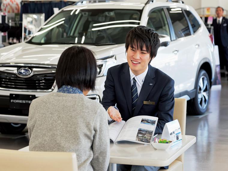 わかりやすい言葉で丁寧な説明を心がけている、入社3年目の菊池 誠さん。「車を購入されたお客様が、点検などで来店されるたびに笑顔を見せてくれるのがうれしい」という