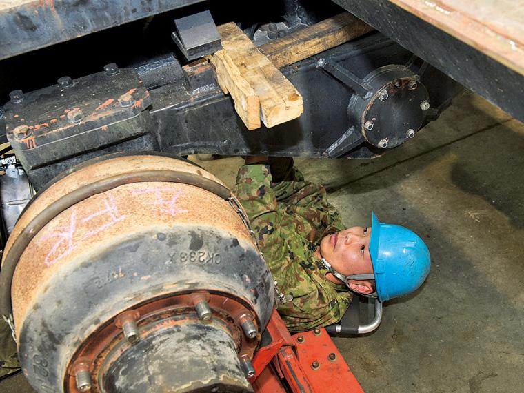 自衛隊の大型トラックを整備する整備員(陸上自衛官)