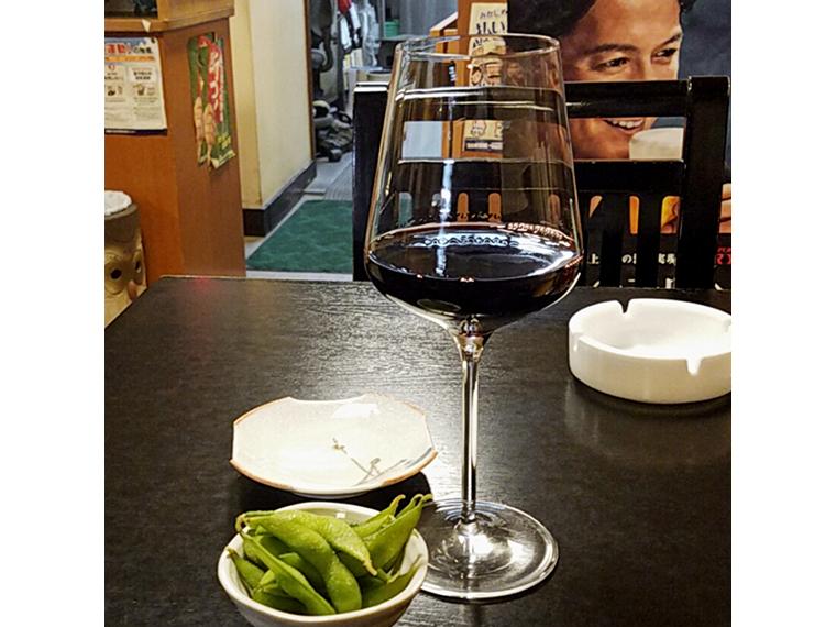 イタリア産の赤ワインに枝豆の組み合わせは食堂ならでは。しかも合う!(赤ワイン450円)