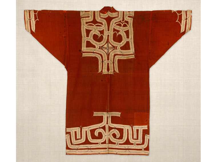 《赤モスリン地切伏刺繍衣裳》日本民藝館蔵