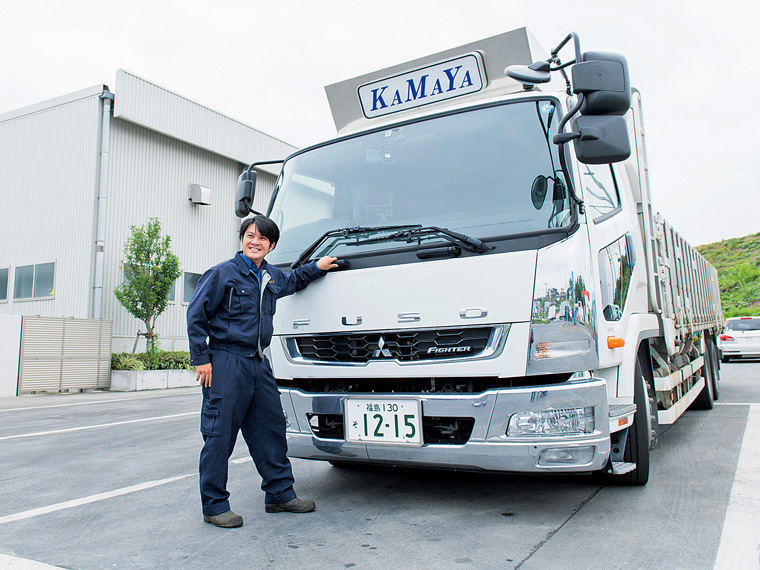 「環境保全につながる誇れる仕事」と大型トラックで回収をしている江幡将一さん