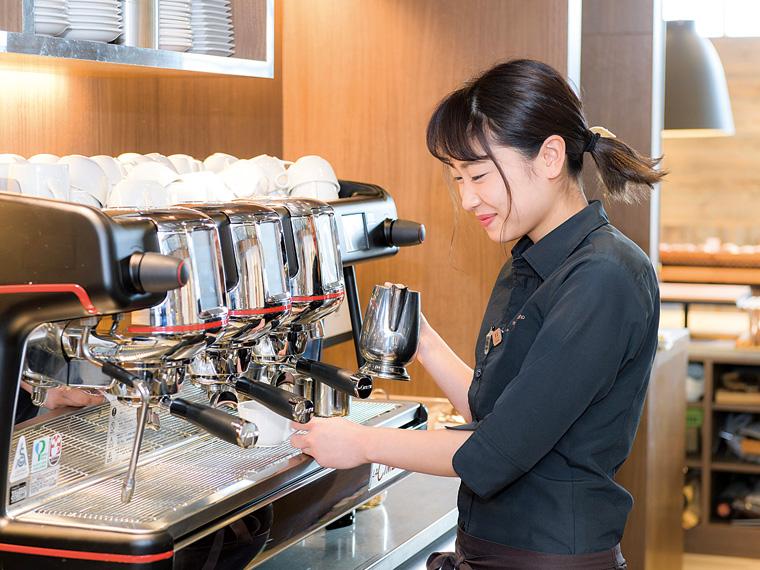入社4年目の黒森 瑠さん。2018年、カフェに勤務しながらバリスタの資格を取得