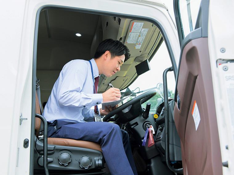 販売推進部の橋本拓郎さん。顧客の満足する顔を思い浮かべながら、納車前の車をチェック