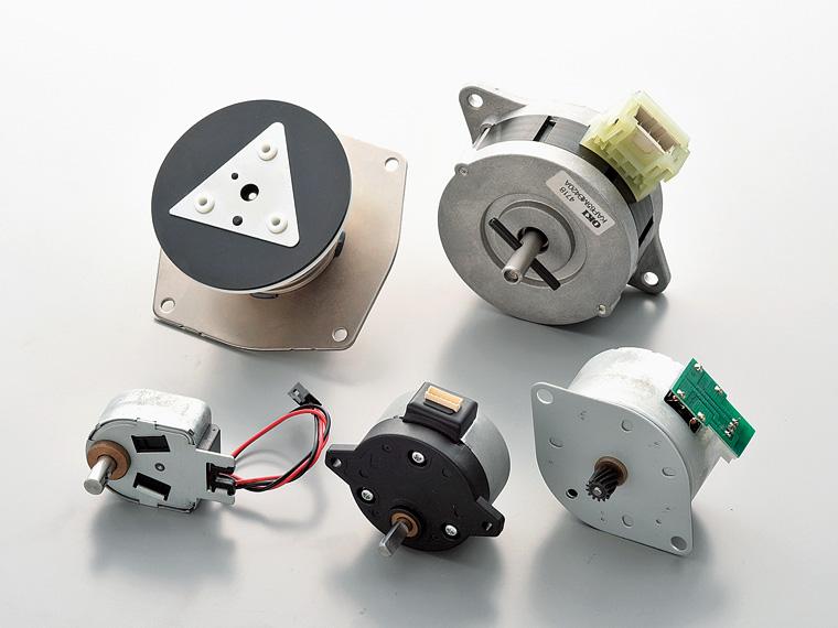 ステッピングモーター(右下)、ロータリーソレノイド(左下)、国内では2社しか作れないガス遮断弁(左上)などの主な製品