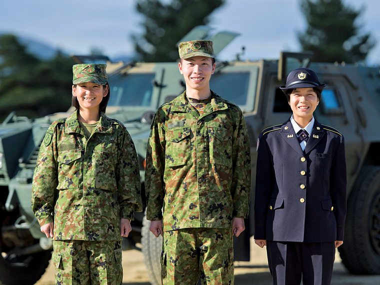 陸上自衛官の3人(左から渡辺美穂さん、天野龍斗さん、加藤美華さん)