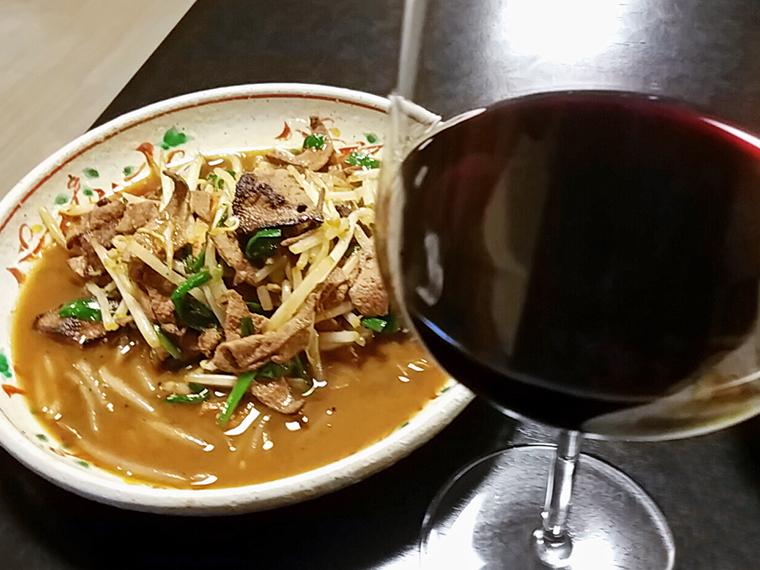 レバニラ炒めと赤ワインのマリアージュにハマること必至(レバニラ炒め単品600円)