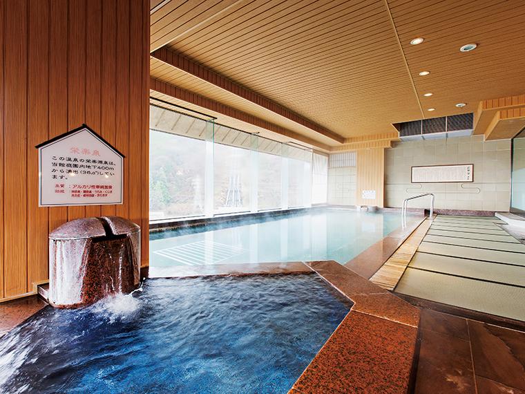 7階にある展望大浴場「萩姫の湯」は、床の畳敷きも心地良い。もう1つの浴場「雪枝の湯」と午前、午後で男女入替制