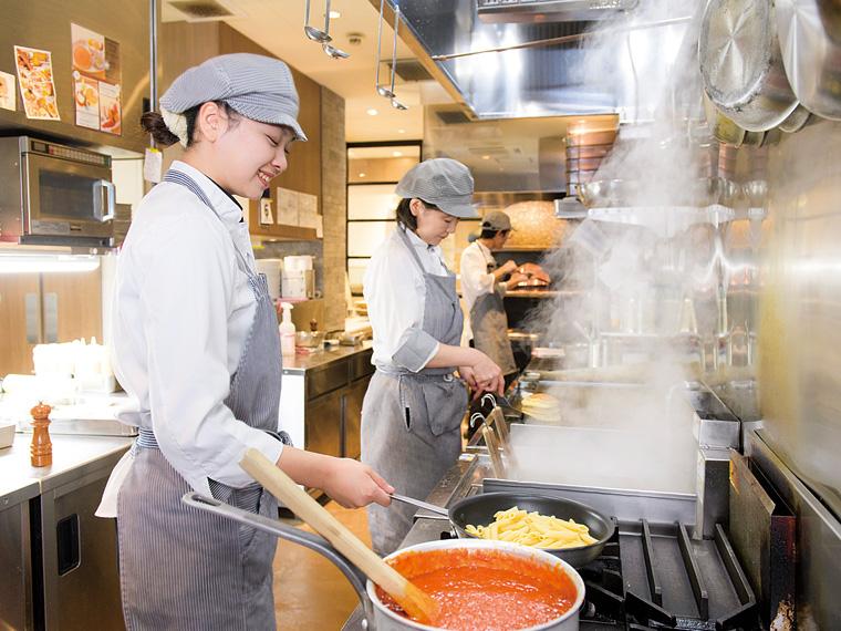 カフェのキッチンスタッフ。パンケーキやピザ、パスタなどの料理を提供している