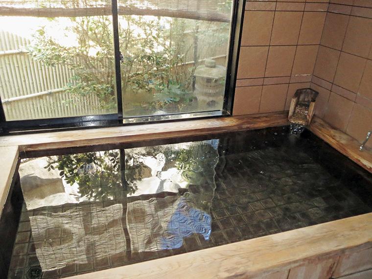 湯船の淵には檜を使用しており、ゆったりとくつろげる
