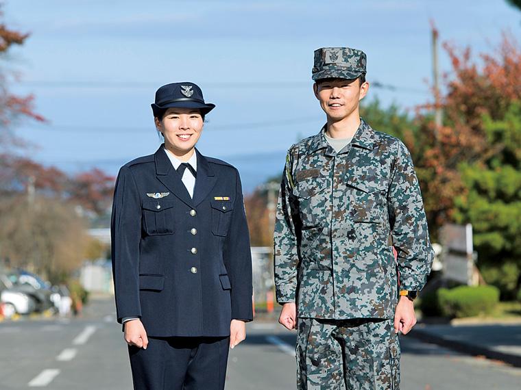 航空自衛官の青木 澪さん(左)と井手拓宏さん(右)。「日本の領空に近づく国籍不明機等の警戒監視を行っています」と青木さん