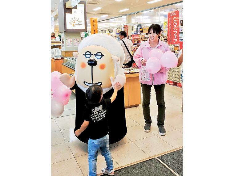 年に1度、乳がん撲滅のための啓発イベントを、スーパーマーケットの一角などで開催している