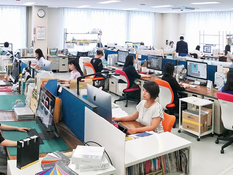 印刷物の制作の入口にあたる編集、デザイン工程。顧客と連絡を密に取り合いながら仕事を進めている