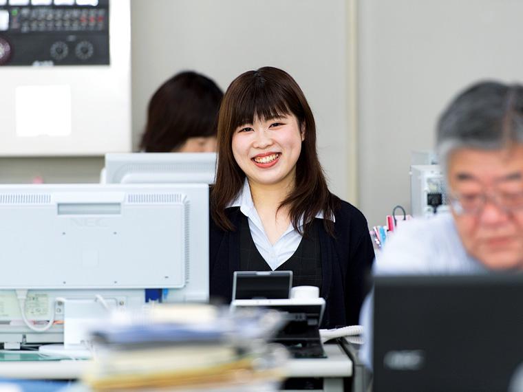 経理の安斎真由さん。幅広い事務の仕事で各部門をサポートする