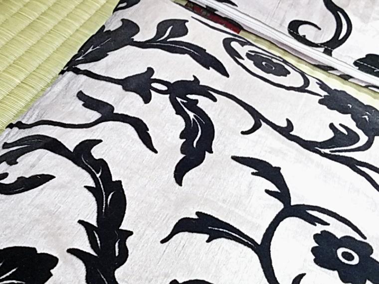 レッチリ(Red Hot Chili Peppers)のCDジャケットを彷彿とさせるデザインの座布団