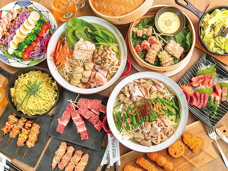 おすすめの『5,300円コース』(10品・2時間飲放題付き)。ジューシーな和牛串など満足度の高い料理が並ぶ