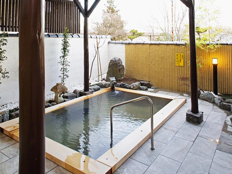 1階浴室の露天風呂は檜の浴槽