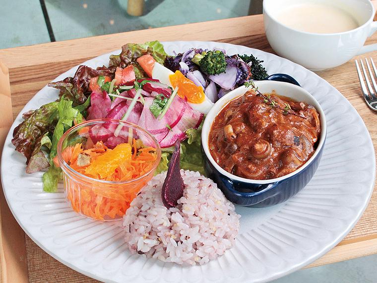 おすすめの日替わり「デリランチ」(1,200円)。旬の食材を栄養バランスが考えられたメニューで味わえる