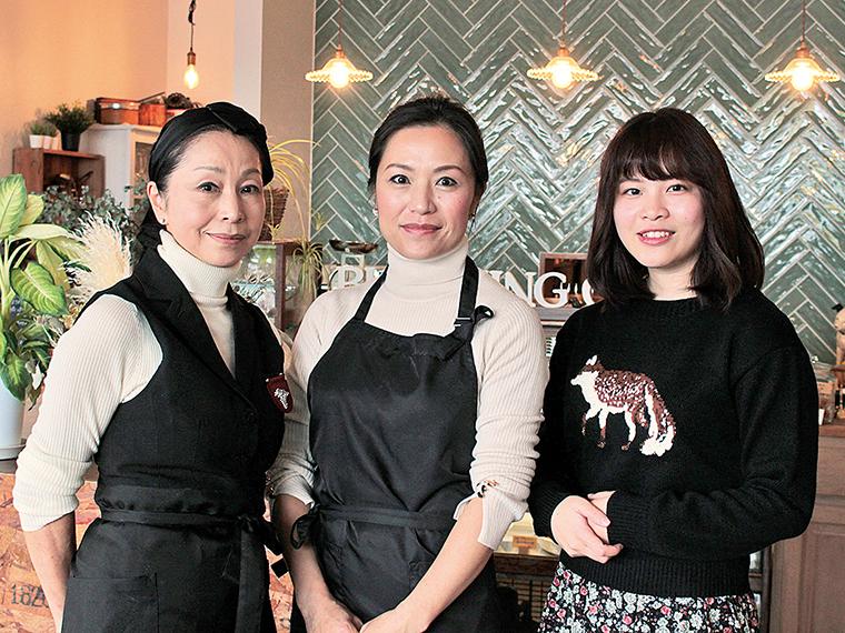 店主の白岩麗奈さん(中央)と、主に調理を担当する小林由美さん(左)母娘が営む