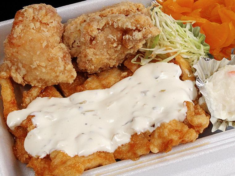 「鶏笑弁当」(700円)。唐揚げはすべて揚げたてで提供