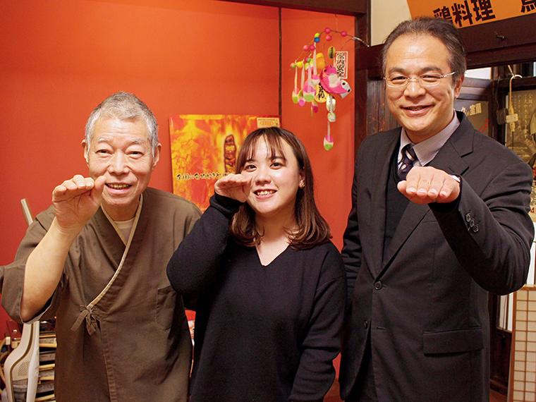 みんなで仲良く「鳥」ポーズ!(左から安田店長、マーヤ、佐藤さん)