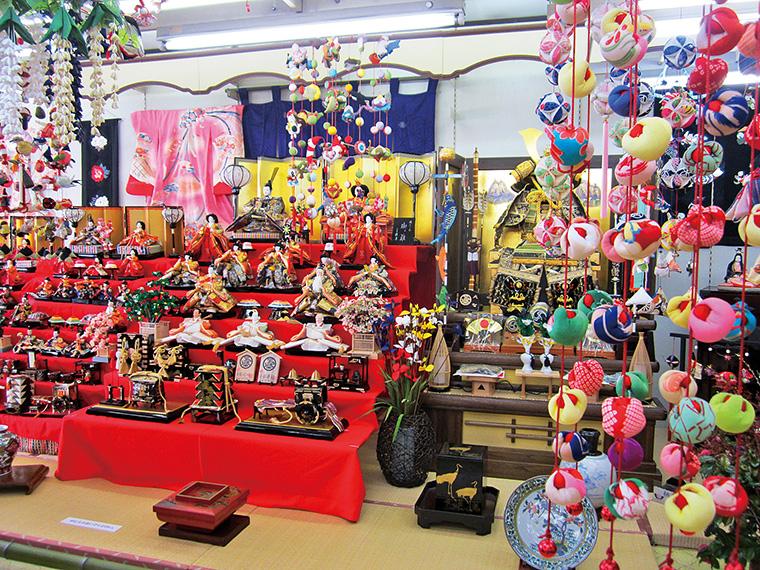 飯野町では大小さまざまなつるし雛を楽しめる
